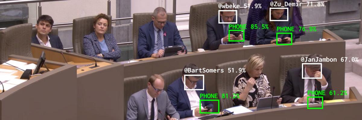 Parlementairesmartphone © Dries Depoorter