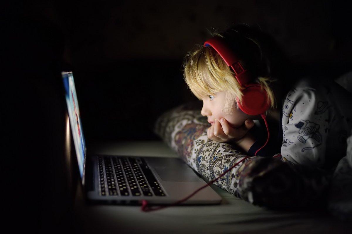 Enfant écran ordinateur © Shutterstock
