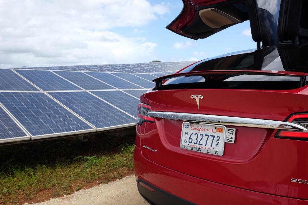 Tesla et panneaux solaire © Darrell Etherington