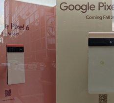 Plus de surprise, les Google Pixel 6 et 6 Pro s'exposent dans la vitrine du Google Store de New-York