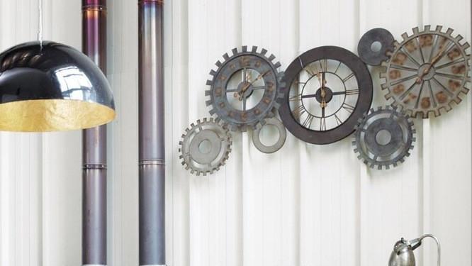 anciens rouages d'usine devenus horloge